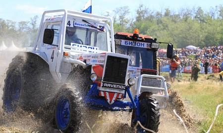 Стань участником тракторных гонок!
