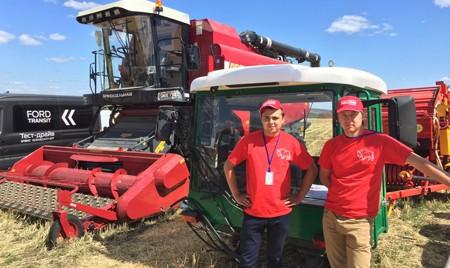Аграрии оценили зерноуборочный комбайн GS10 на Дне поля в Саратове